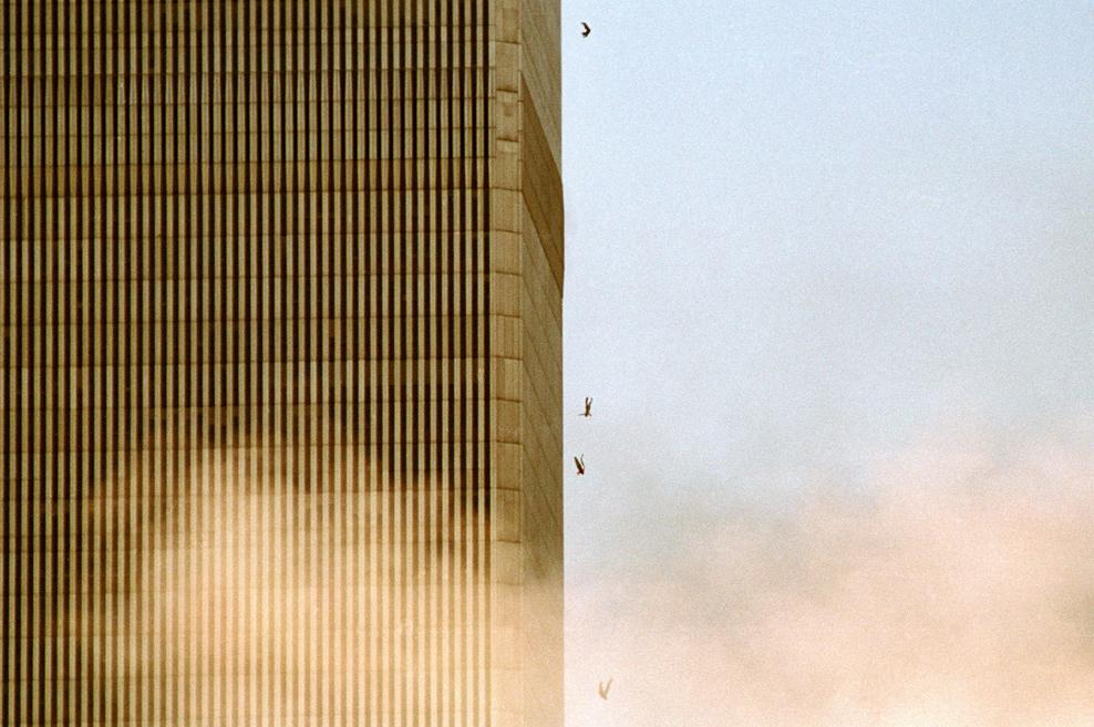NEW YORK - SEPTEMBER 11: People fall from the World Trade Center after jumping from a burning floor after two airliners crashed into the buildings on September 11, 2001 in New York City. (Photo by David Surowiecki/Getty Images) David Surowiecki/Getty Images Pessoas caem do World Trade Center aps pular de um andar em chamas, depois da coliso dos dois avies com as torres norte e sul. Nova Iorque, 11 de Setembro, 2001. Depois da coliso dos dois avies com as torres do World Trade Center, pessoas pulam de um andar em chamas. Nova Iorque, 11 de Setembro, 2001.