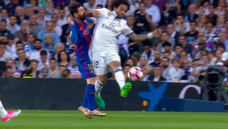 Messi gets elbowed in the face by Marcelo