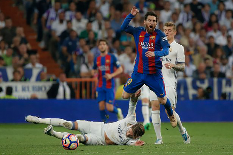 Sergio-Ramos-is-sent-off-after-this-challenge-on-Lionel-Messi