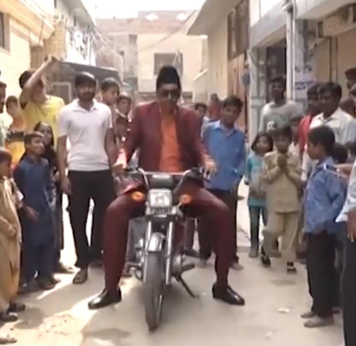 Meet Haq Nawaz From Bahawalpur - Probably The Tallest Man In The